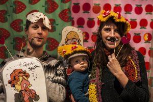 Bezoekers met gehaakte pannenkoeken op hun hoofd